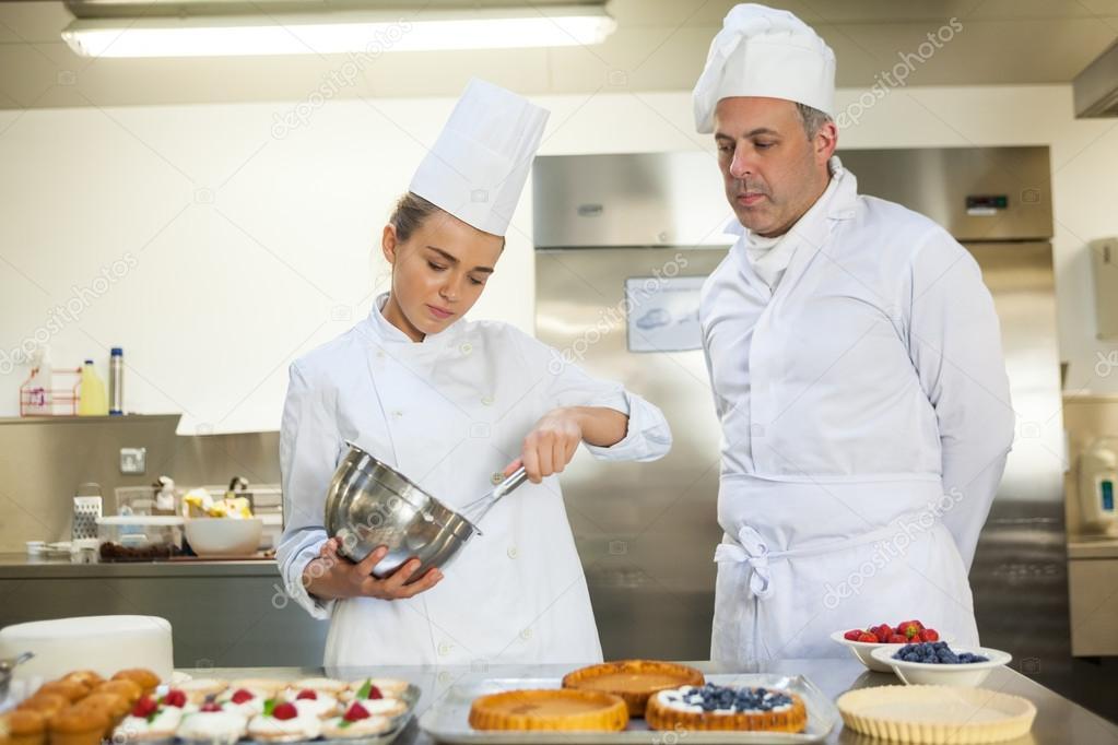 Cocinero serio batiendo mientras vigilan por jefe de for Jefe de cocina alicante