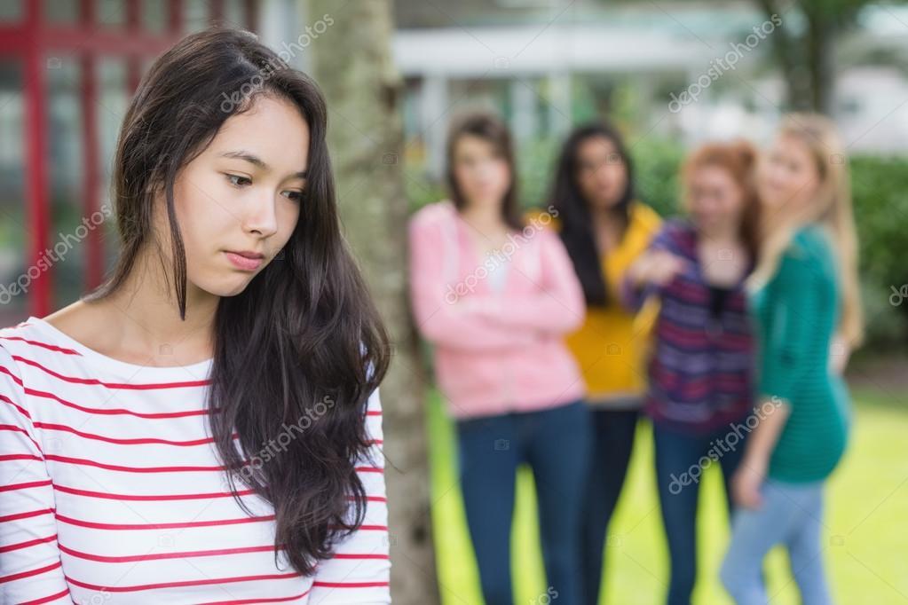 Estudiante Siendo Intimidado Por Un Grupo De Estudiantes