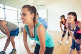 Fitness třídy a instruktor dělá moc fitness cvičení