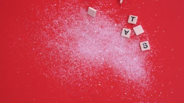 Piastrelle bianche lettera muovendo compitare natale su glitter su