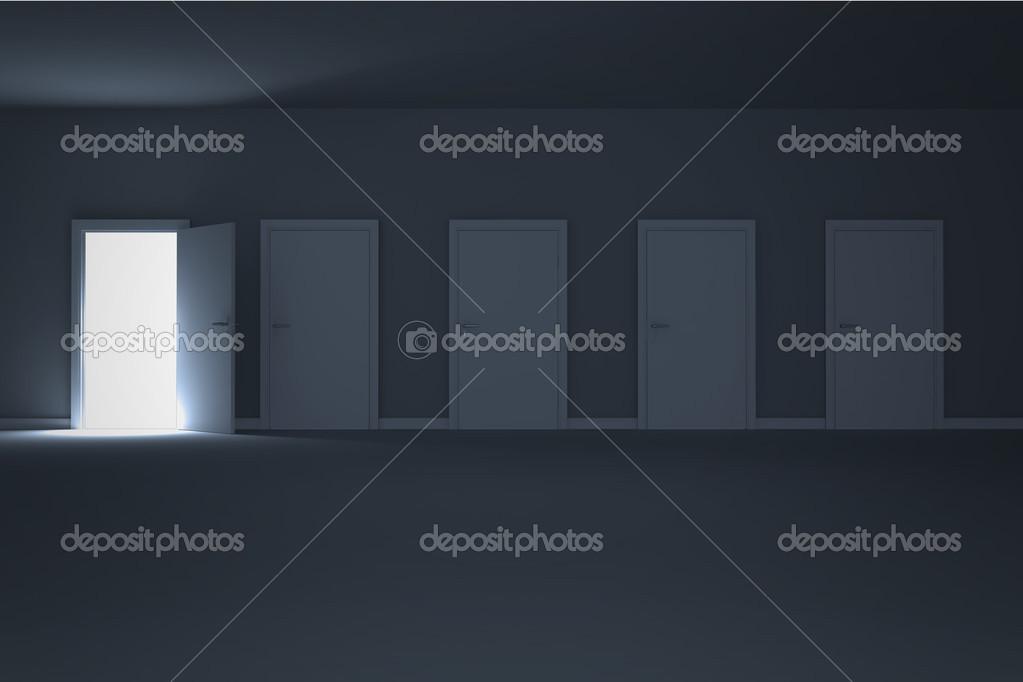 apertura de la puerta en el cuarto oscuro para mostrar la luz ...