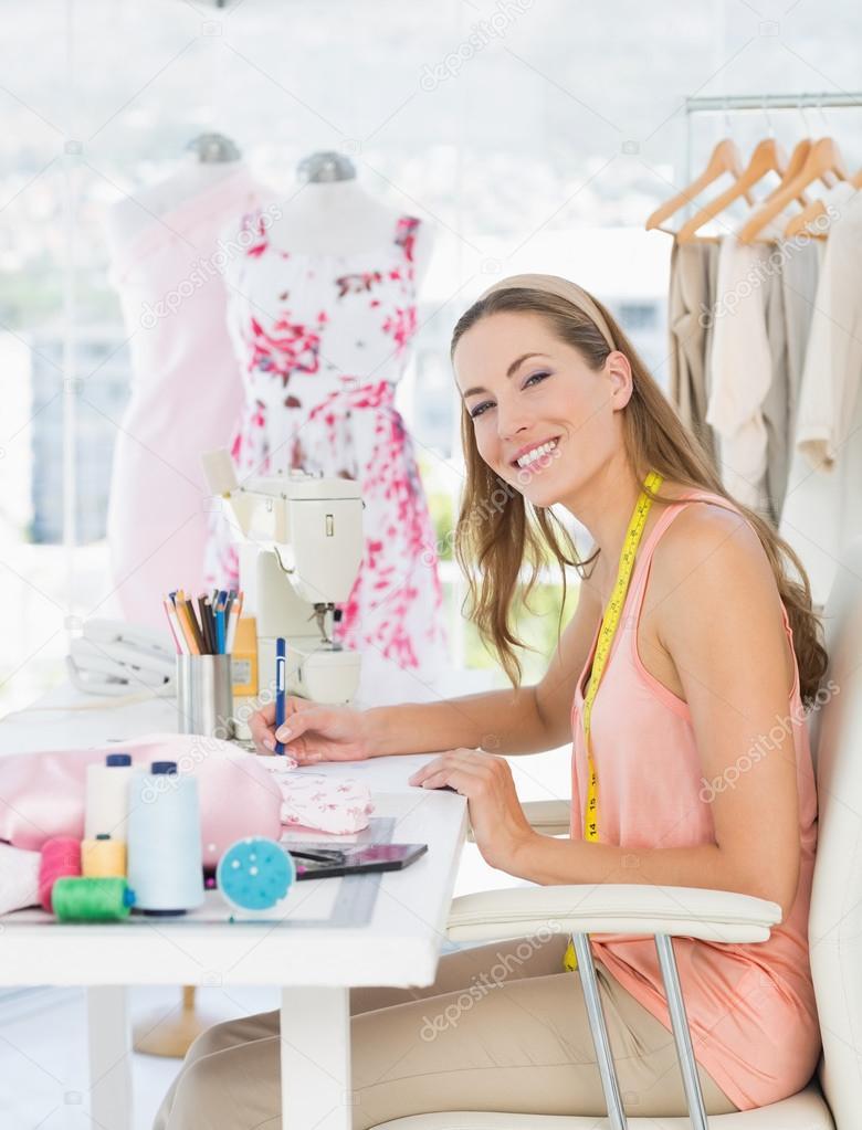 Retrato de un dise ador de moda trabajando en sus dise os - Disenador de fotos ...