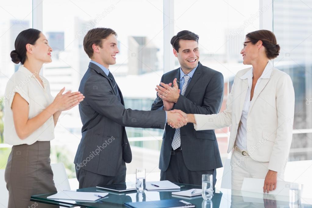 Poignée de main pour sceller un accord après une réunion de