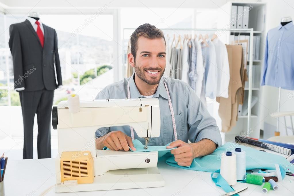 sastre hombre sonriente en taller de costura — Fotos de Stock ...