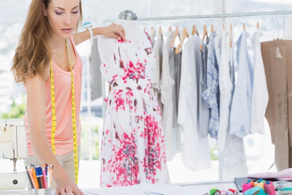 Dise ador de moda femenina trabajando en vestido de flores - Disenador de fotos ...