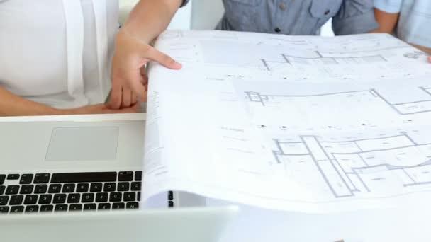 mooi interieur ontwerper werken met klanten — Stockvideo ...