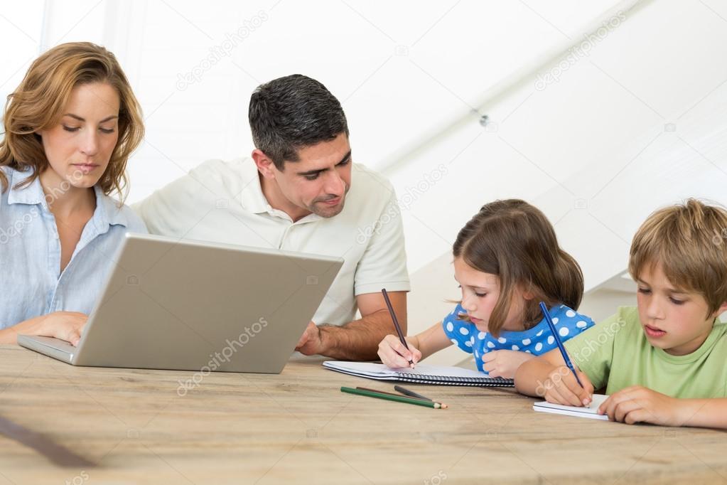 padre ayudar a los niños en el colorante — Fotos de Stock ...