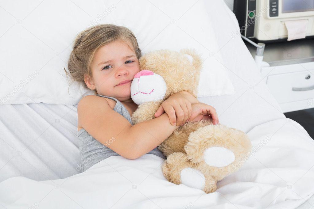 Angolo Letto Ospedale : Ragazza carina nel letto d ospedale u foto stock wavebreakmedia