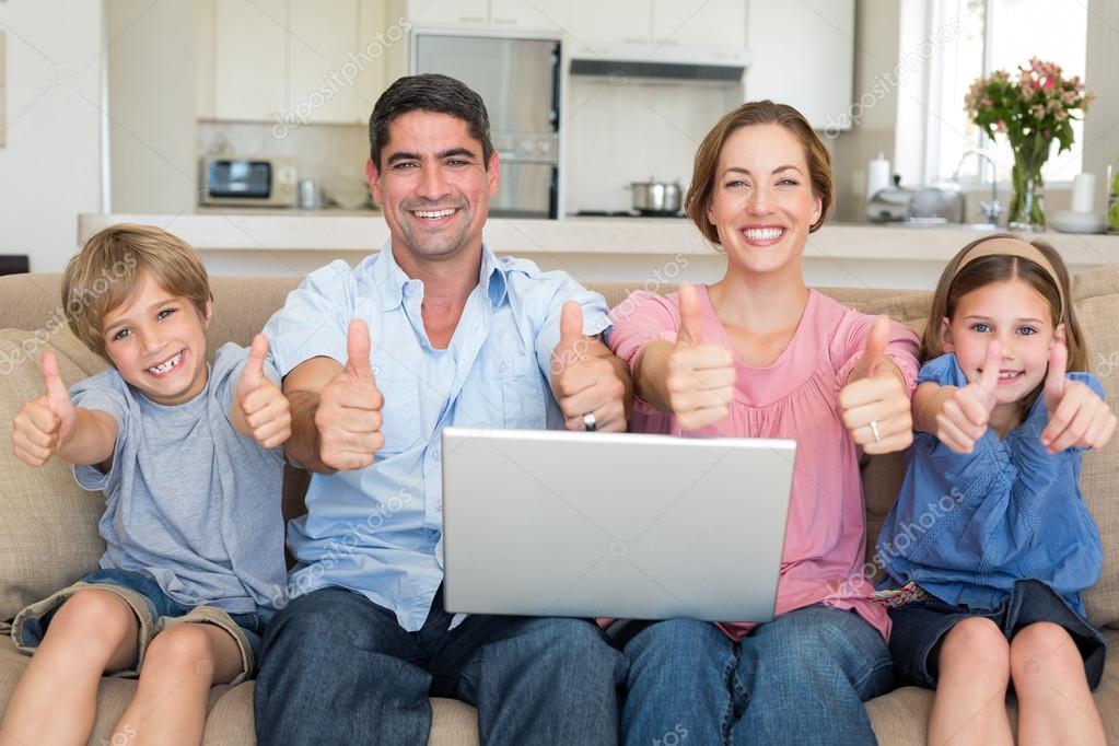famille avec ordinateur portable gesticulant pouce en l 39 air photographie wavebreakmedia. Black Bedroom Furniture Sets. Home Design Ideas