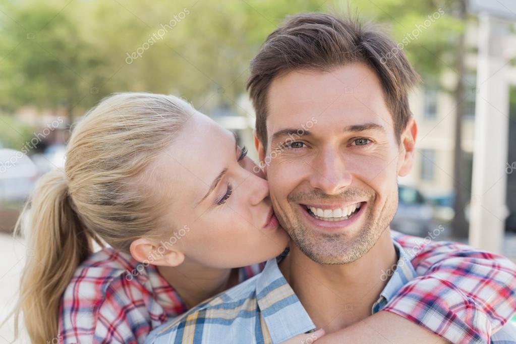 vrouw geven vriendje kus op de Wang — Stockfoto
