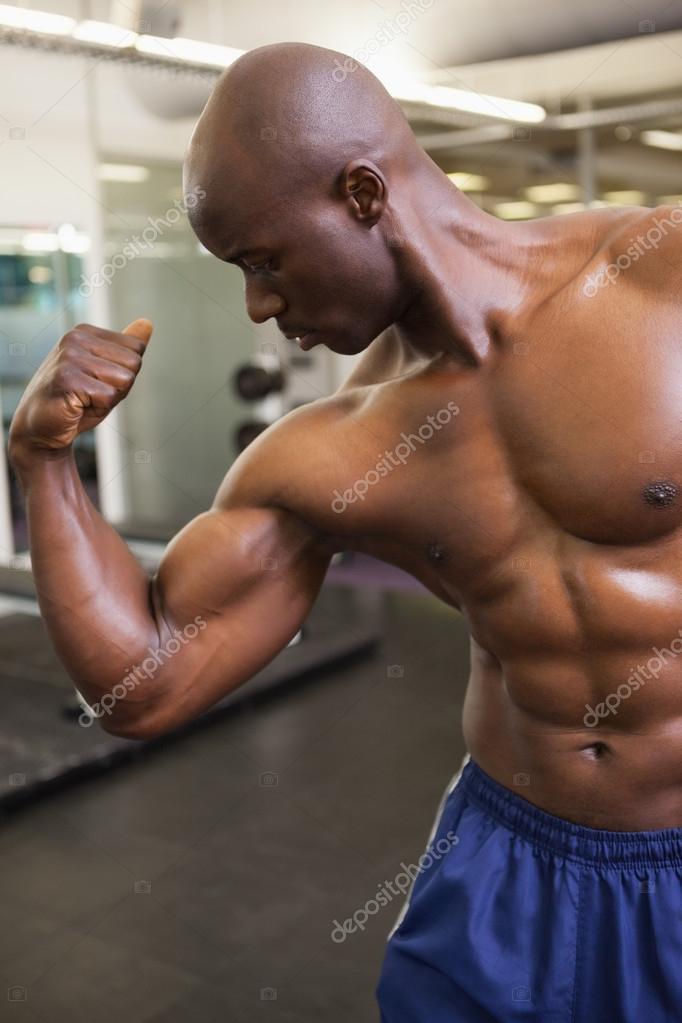 Homme musclé flexion des muscles dans la salle de gym– images de stock  libres de droits 1e8a54c8fe3
