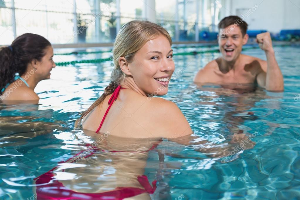 Красивые девушки у бассейна аэробика
