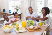 šťastná rodina se těší na zdravé jídlo společně