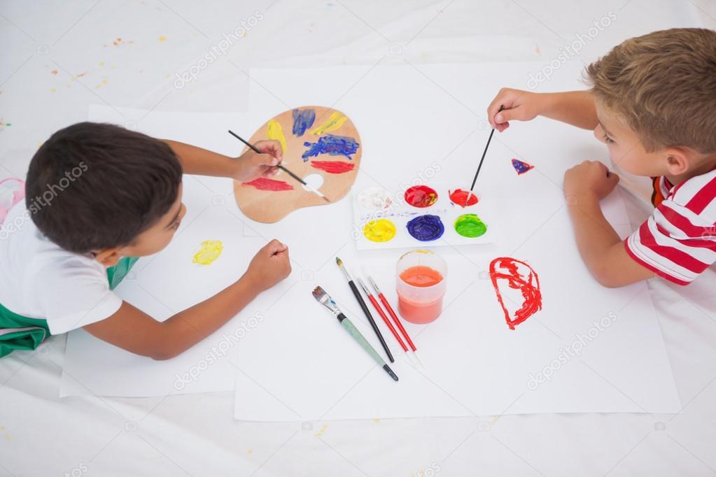 niños pintando en piso en aula — Foto de stock © Wavebreakmedia ...