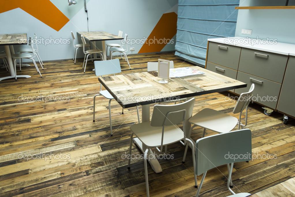 Café interieur tijdens de dag moderne en eenvoudige decoratie