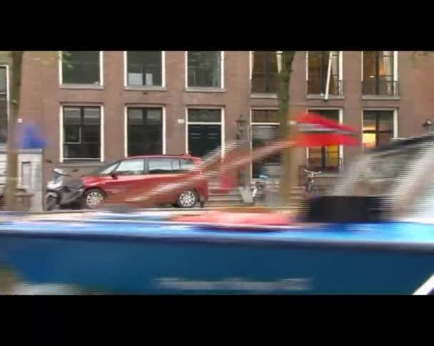 Amsterdam, Nizozemsko - cca 2011: amsterdam canal loď zobrazení