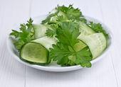 Salát z okurek a zeleniny