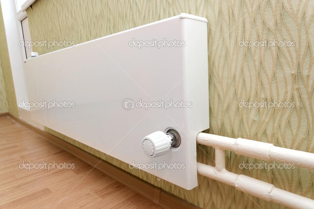Heizkörper der Zentralheizung in der Wohnung — Stockfoto © Rateland ...