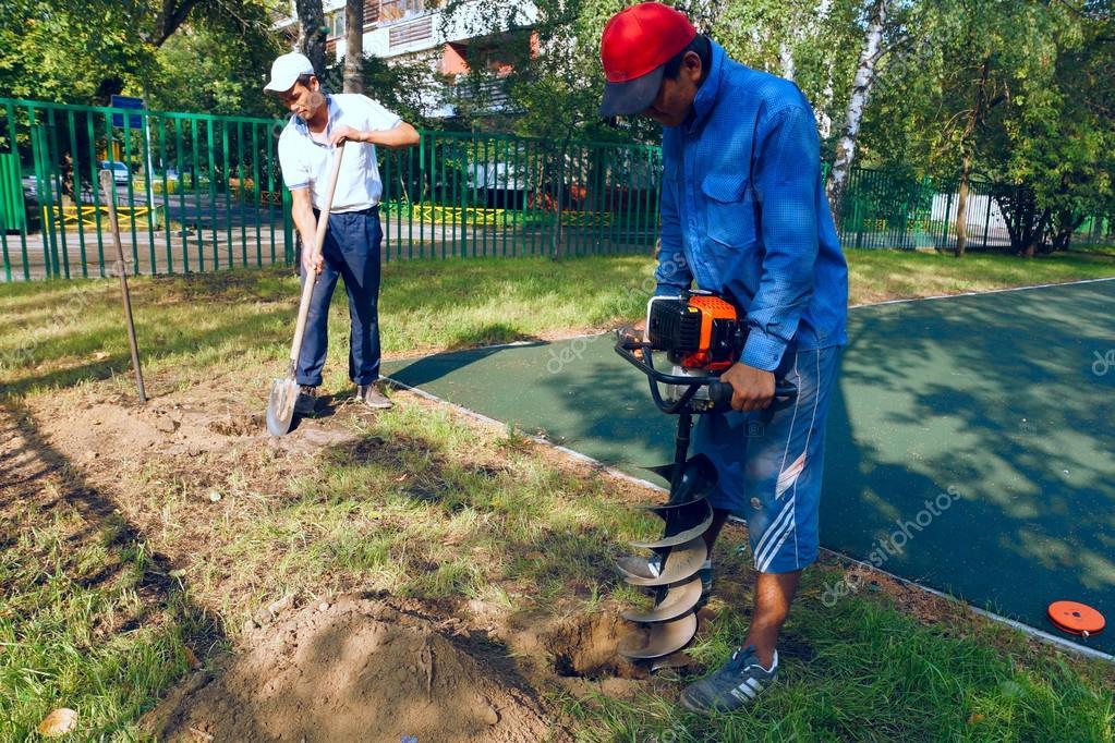travailleurs creuser des trous pour cl ture photo ditoriale rateland 28971947. Black Bedroom Furniture Sets. Home Design Ideas