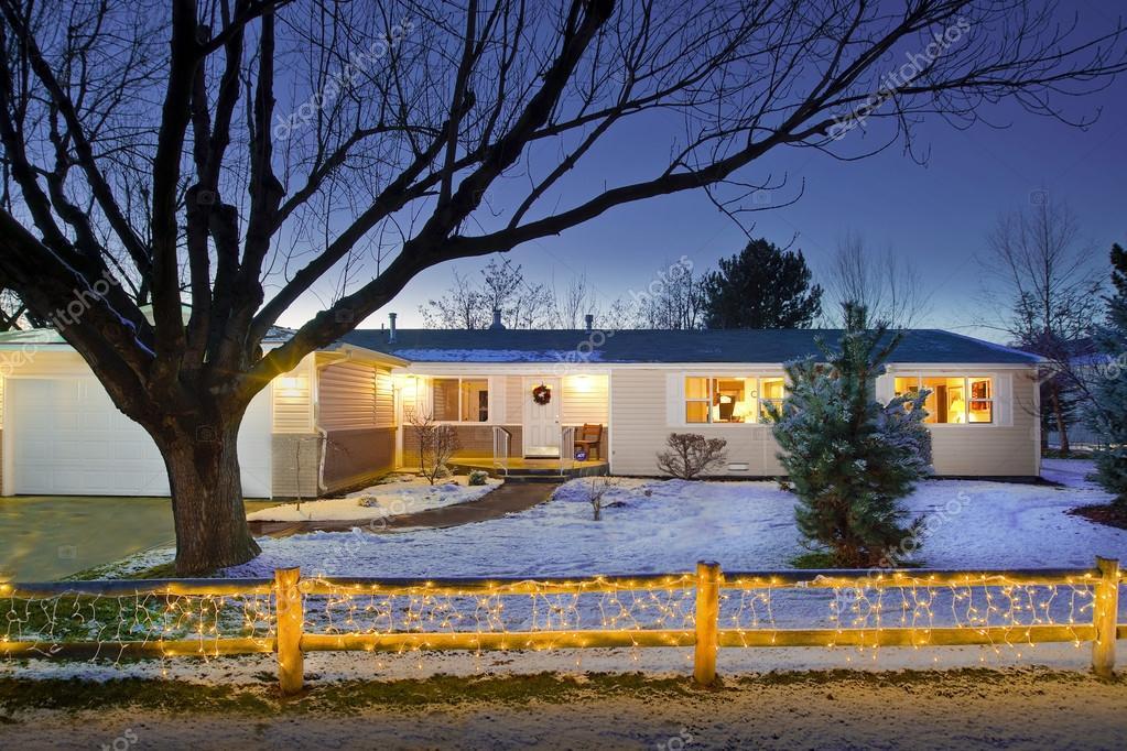Haus Weihnachtsbeleuchtung.Haus Mit Weihnachtsbeleuchtung Auf Zaun Stockfoto