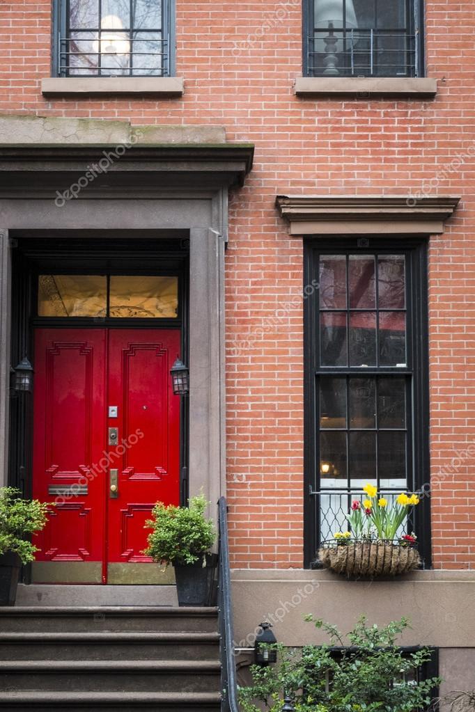 rote Tür, Mehrfamilienhaus, New York city — Stockfoto © robertcrum on
