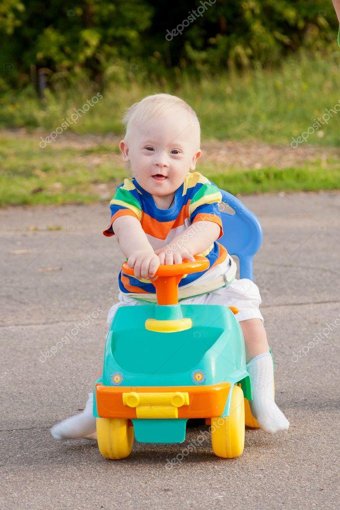 Junge mit down syndrom fahren stockfoto 12662841 - Baby boy versiering van de zaal ...
