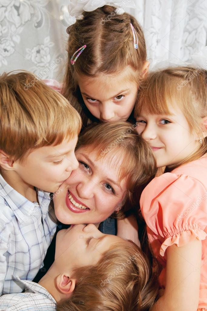 40b65145756d7 mère de quatre enfants s embrasser. notion de famille — Photographie ...