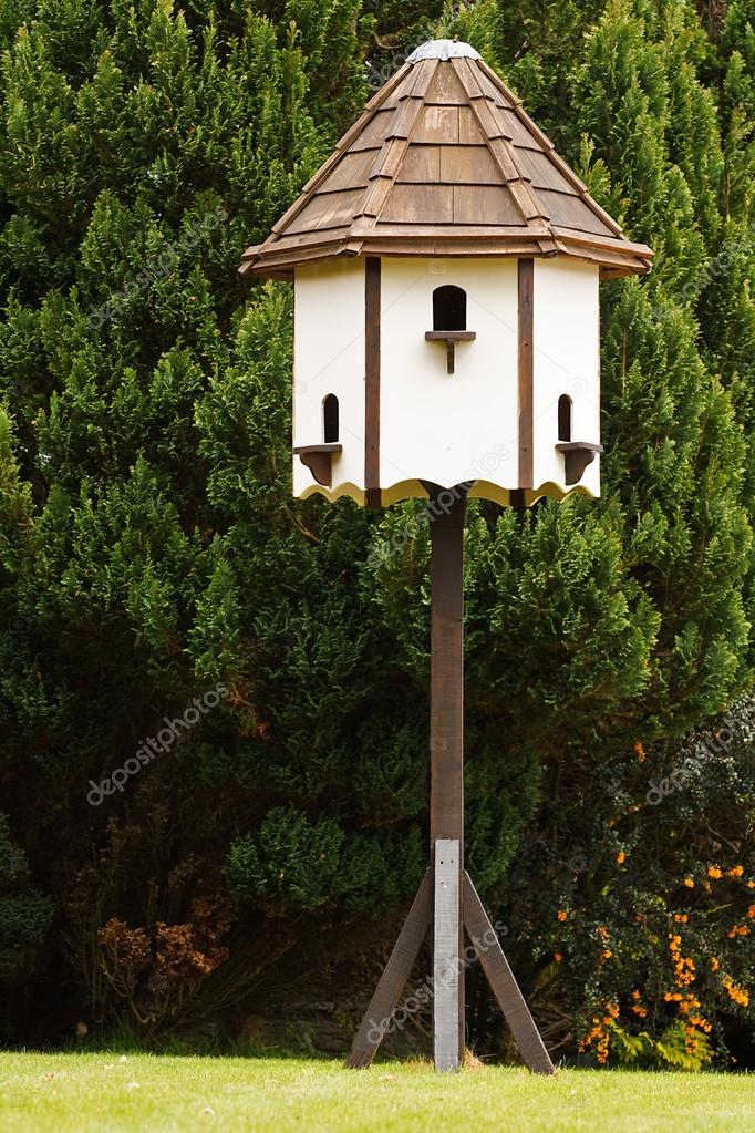 8c24887436a488 gołębnik dekoracyjne meble ogrodowe — Zdjęcie stockowe ...