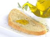 Fotografia versa olio di oliva