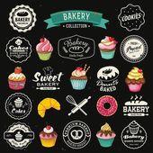 kolekce vintage retro pekárna odznaky a štítků na tabuli. ruční písma ve stylu s košíčky, croissanty, koblihy, chleby, preclík a soubory cookie.