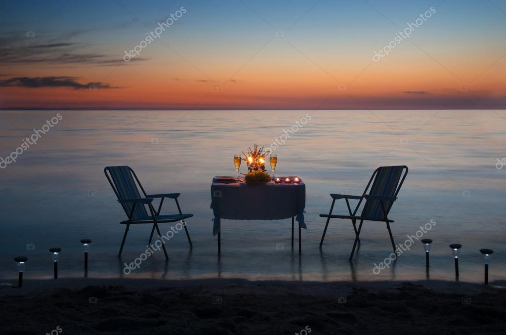romantisches abendessen am strand mit kerzen und wein stockfoto em prize 22462709. Black Bedroom Furniture Sets. Home Design Ideas