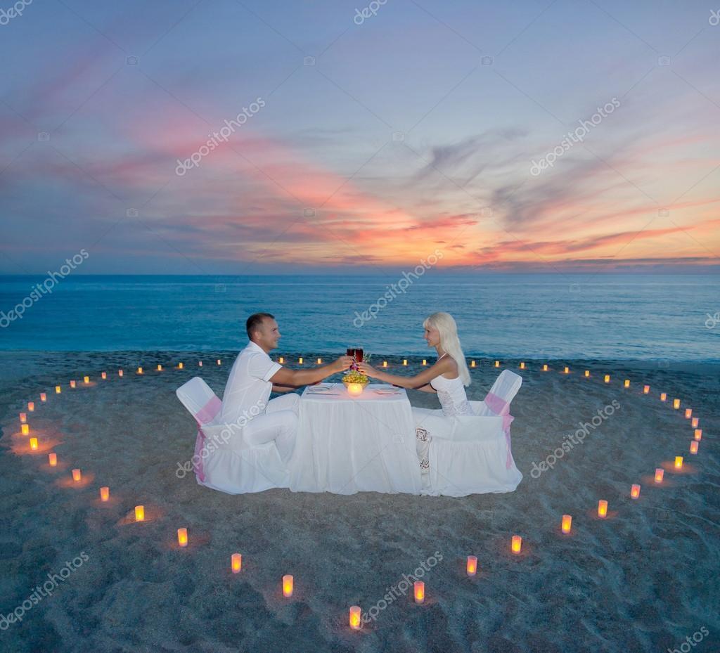 Pareja en cena rom ntica playa con coraz n de velas foto de stock em prize 45402519 - Cena romantica con velas ...