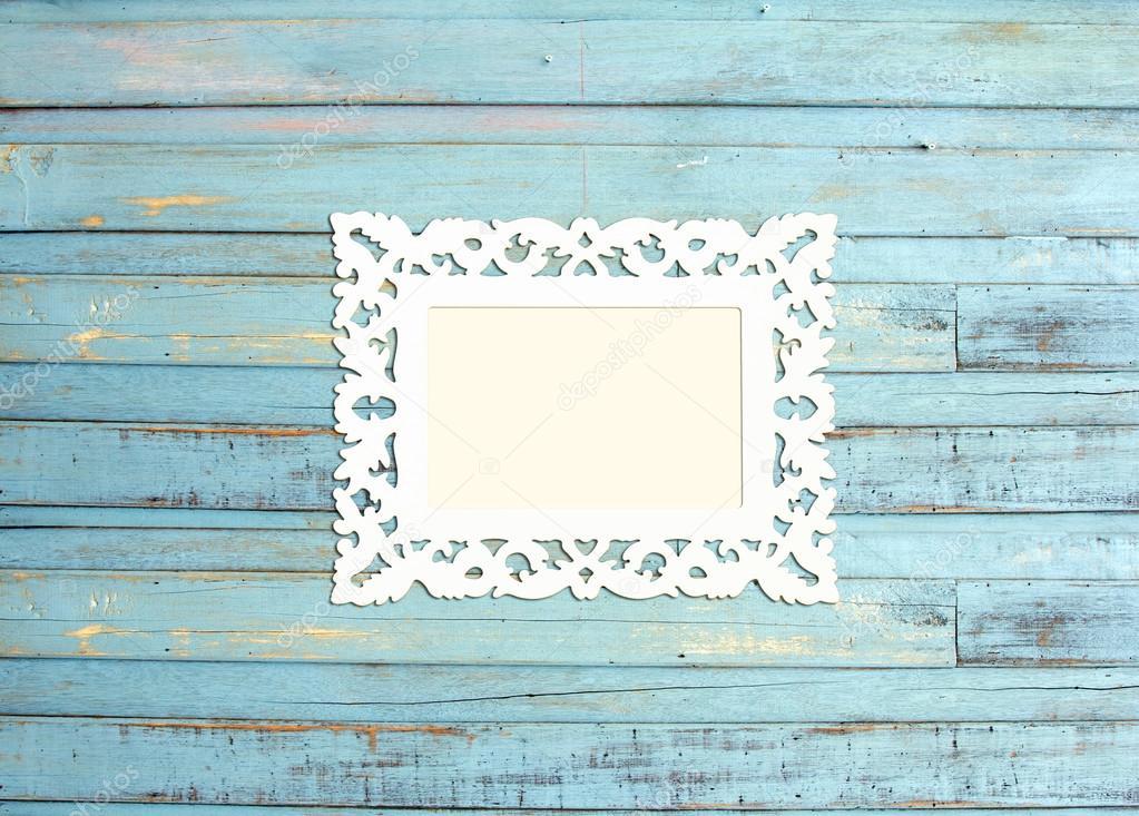 marco de fotos vintage blanco sobre fondo azul de madera — Foto de ...