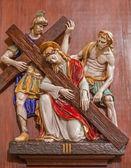 Verona - 28. ledna: Ježíš spadají pod křížové. Jedna část keramických coss cesty od kostela svatého Mikuláše (chiesa di san nicolo) na 28 ledna 2013 v verona, Itálie