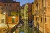 Benátky - pohled na rio di san stin kanálu v ranním šeru