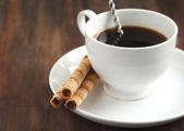 šálek kávy s trubiček