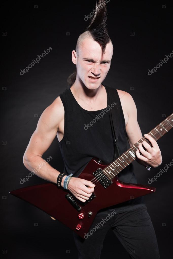 Homme de punk rock avec guitare lectrique rouge et coupe for Coupe de cheveux homme punk
