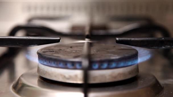 égő tűzhely a konyhában