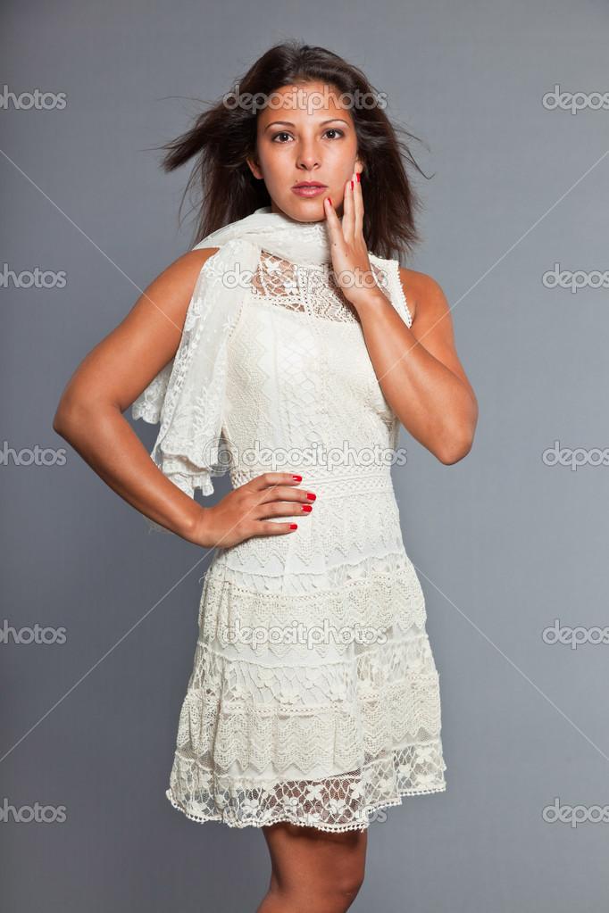 Braunen Kleid Hübsches Mit HautWeißes Zu Und Haaren Tragen Mädchen TcJ3lK1F
