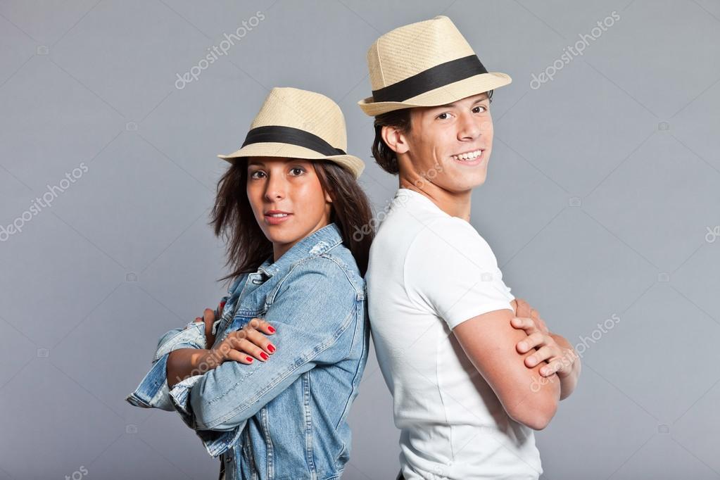 Bella giovane coppia casual vestito indossa un cappello di paglia. fratello  e sorella. Attraente. capelli castani e occhi. Ritratto in studio isolato  su ... 999a28724d9a