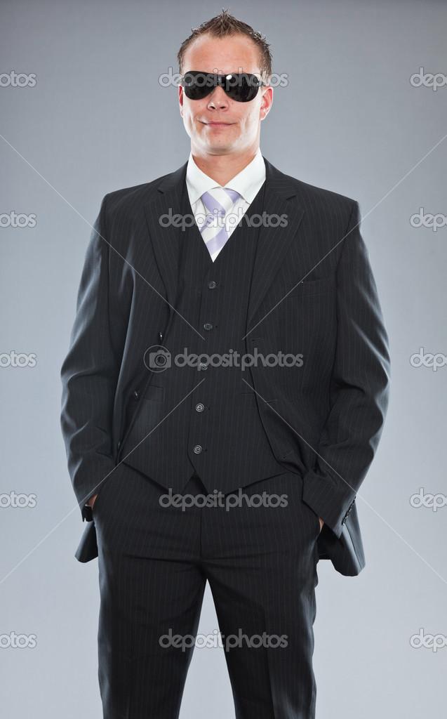 design innovativo 43fcf 908fd Uomo d'affari giovane felice con i capelli corti indossando ...