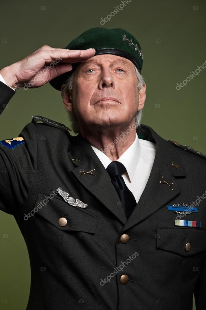 Oss militära allmänna bära basker. hälsningsfras. Studio porträtt —  Stockfoto db923b3b1613c