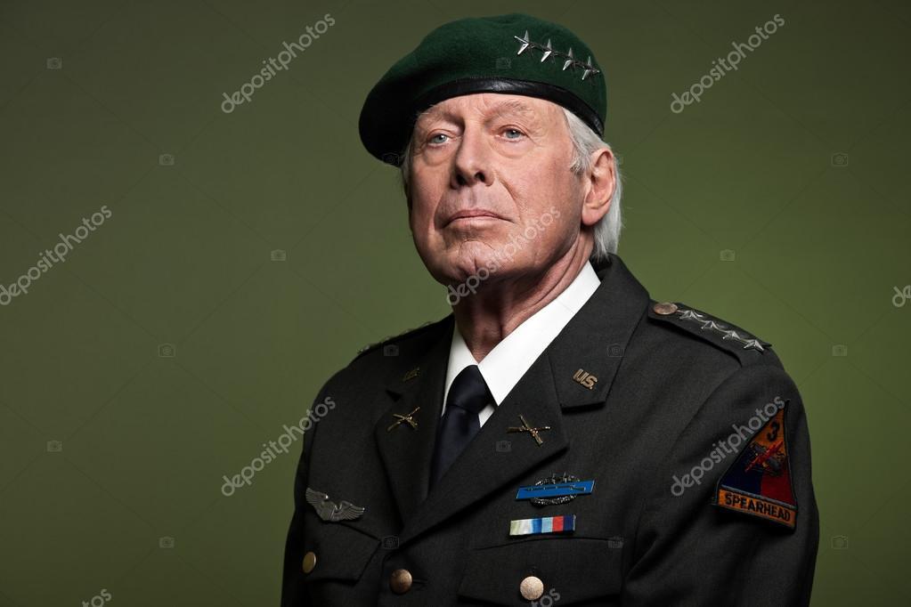 oss militära allmänna bära basker. Studio porträtt — Stockfotografi ... 647d0fff614eb