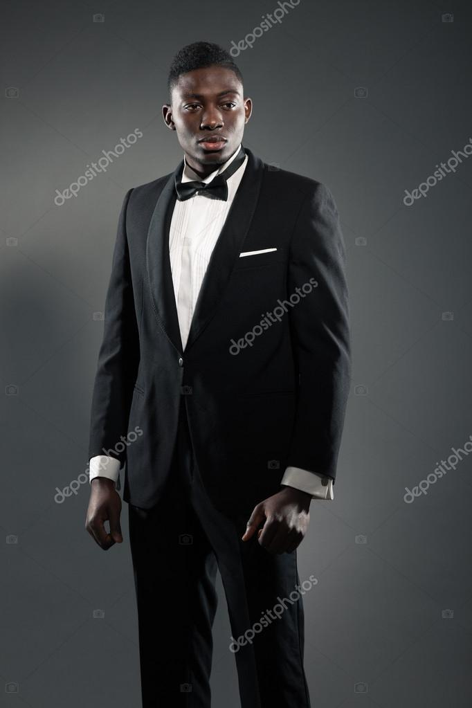 Hombre americano negro elegante fresco en traje de gala. moda tiro — Fotos  de Stock 60adf8173669