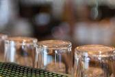 prázdné sklenice piva na baru
