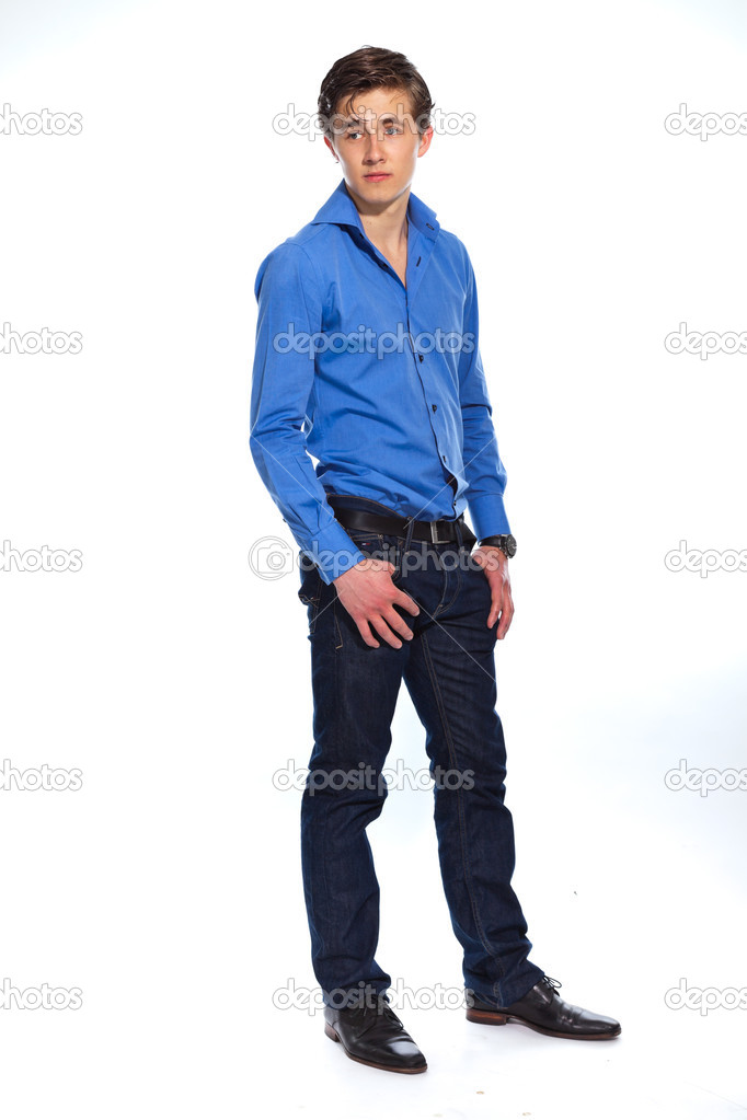 Hombre de negocios joven vistiendo jeans y camisa azul. aislado en whi —  Foto de 6bdcfa891b2