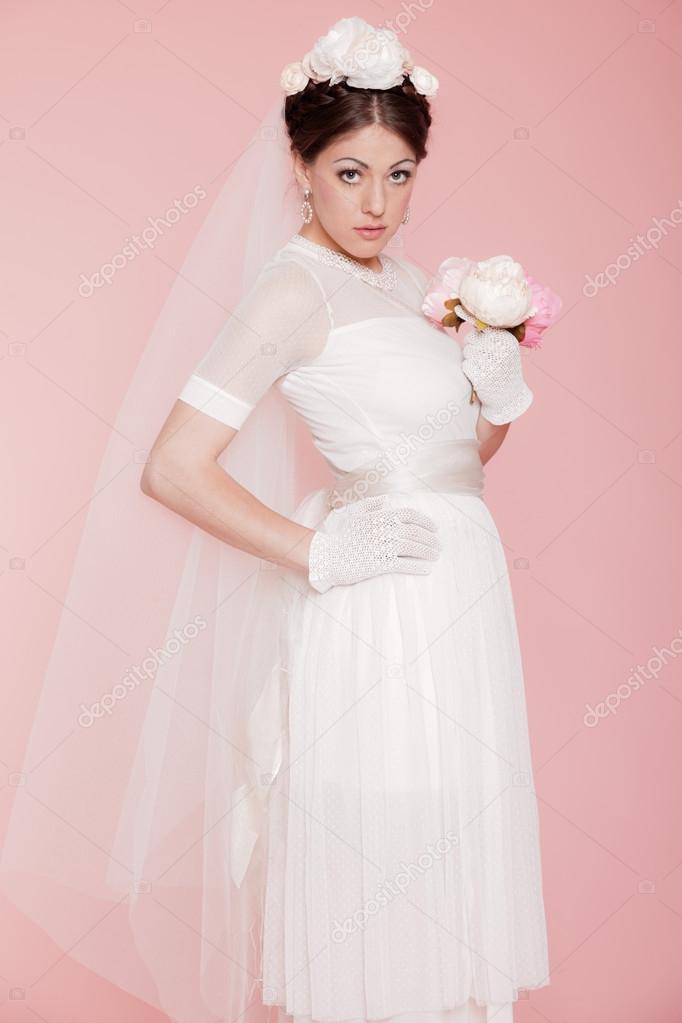 7042e9dbdf Retro romantikus menyasszony fehér esküvői ruha. virágokkal díszített.  rózsaszín háttér — Fotó szerzőtől ...