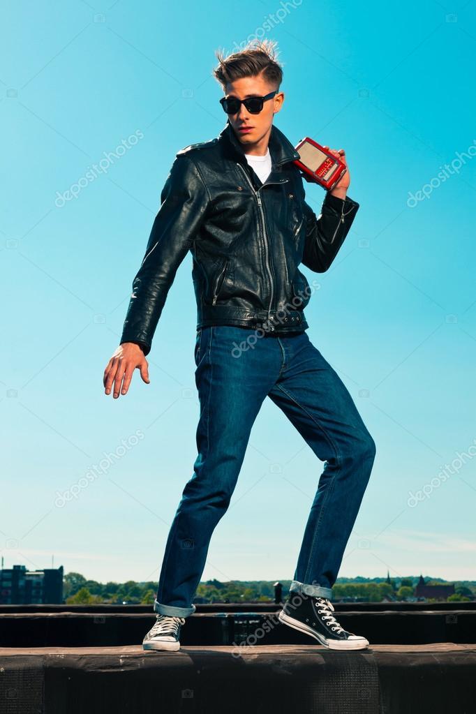 style homme r tro ann es 50 rockabilly avec veste noire coute au port photographie ysbrand. Black Bedroom Furniture Sets. Home Design Ideas