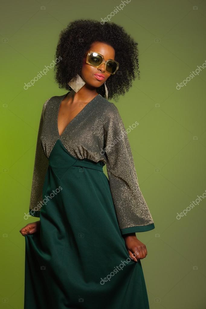Tanzende Retro 70er Jahre Mode Afro Frau Mit Grunen Kleid Und Sungla