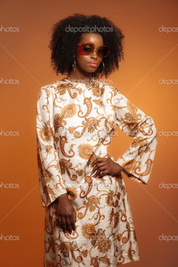 r tro ann es 70 mode africaine femme avec robe de paisley et lunettes photographie ysbrand. Black Bedroom Furniture Sets. Home Design Ideas